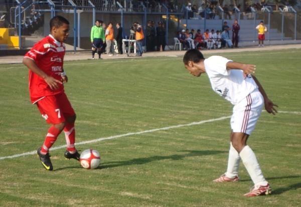 PURA MAGIA. Carlos Jairsinho Gonzales controla un balón mientras medita la mejor opción para continuar el ataque de Acosvinchos. (Foto: Paul Arrese / DeChalaca.com)