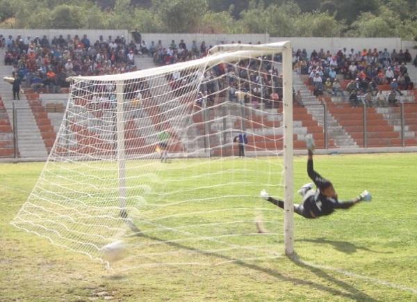 PARA LAS CÁMARAS. Castellanos realiza un acrobático salto para intentar  desviar un balón. (Foto: Paul Arrese / DeChalaca.com)