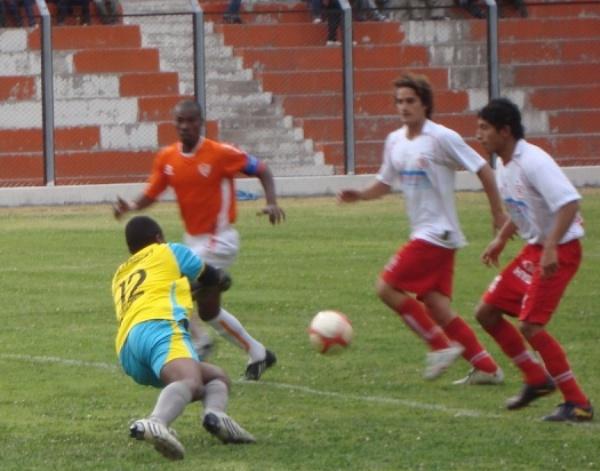LENTAS REACCIONES. Joao Frías se lanza para atrapar un balón ante la mirada de los jugadores del Bolognesi. (Foto: Paul Arrese / DeChalaca.com)