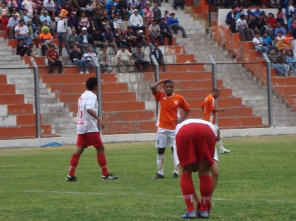 PARA NO MIRAR. El empate final entre Minero y Bolognesi terminó por condenar las aspiraciones de ambos equipos por volverá la máxima división del fútbol peruano la próxima temporada. (Foto: Paul Arrese / DeChalaca.com)