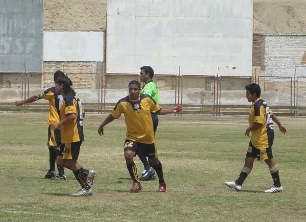 BRILLAN COMO EL SOL. Los jugadores de Cobresol celebraron con mucha calma el gol de Héctor Rojas. (Foto: Diario La Hora de Piura)