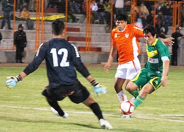 TRADÚCEME ESTO. Natalio Portillo queda a tiro de gol, pero su remate es bien anticipado por Gianfranco Castellanos (Foto: Miguel Guimaray)