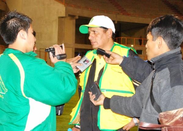 MAL QUE BIEN. El presidente de Sport Áncash, José Mallqui, concediendo algunas entrevistas al final de la brega. Su equipo se mantiene en la pelea por el ascenso (Foto: Miguel Guimaray)