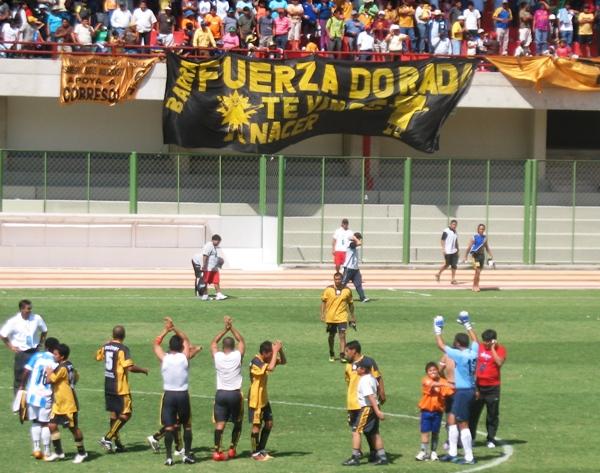 BAÑO DE POPULARIDAD. Al final del encuentro, los jugadores de Cobresol fueron aplaudidos por todo el público presente en el estadio 25 de Noviembre. (Foto: Richard Angulo / Revista Fax Periodistico)