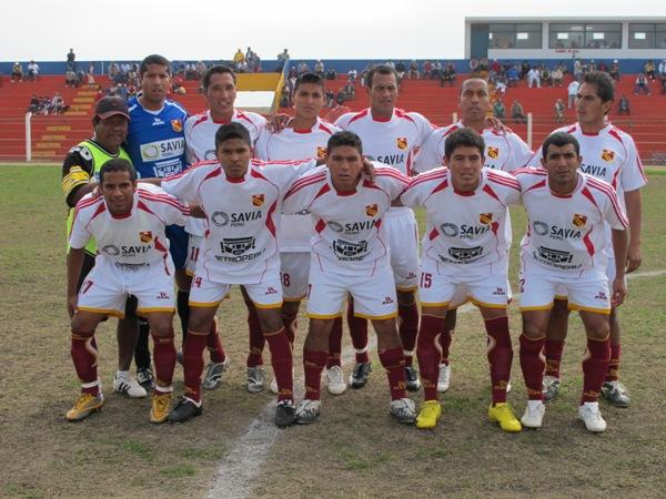 YA ES COSTUMBRE. Los jugadores del 'Taladro' posaron sonrientes para la foto respectiva antes del encuentro ante Coopsol. (Foto: Radio Líder de Chancay)