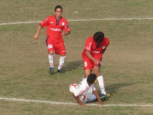 NO LO DEJA JUGAR. Gamarra corta un avance de Cárdenas e impide una arremetida del 'Taladro'. (Foto: Radio Líder de Chancay)