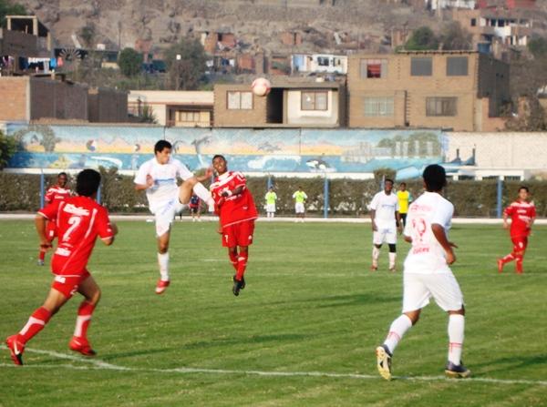 VA A TODAS. Gonzales constantemente presionó a los defensores de Bolognesi para generar nuevas ocasiones de gol a favor de su elenco. (Foto: Paul Arrese / DeChalaca.com)