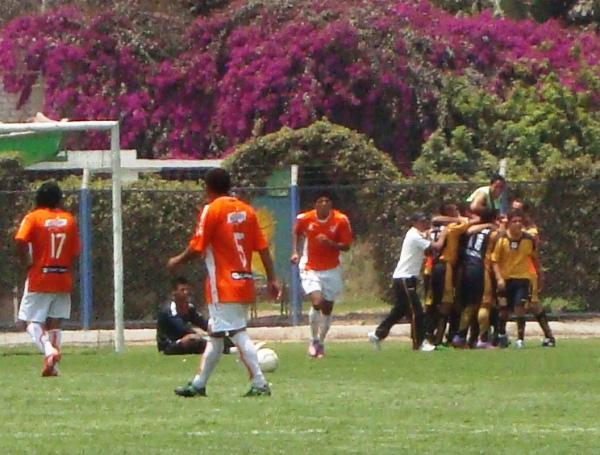 SALIO EL SOL. Rojas ya marcó el gol, y Cobresol festeja la importancia del mismo que lo asegura casi en la División de Honor. (Foto: Paul Arrese / DeChalaca.com)