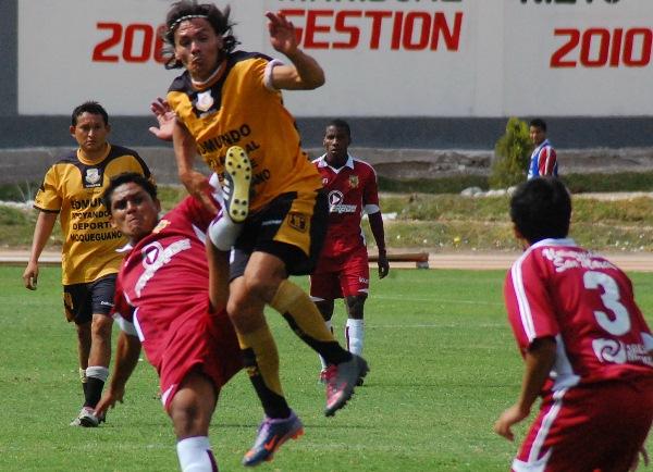 PARA LA OTRA SERÁ. No fue una buena tarde de Ramón Rodríguez frente al arco, aunque colaboró con su equipo defendiendo y generando jugadas de peligro. (Foto: Radio Uno de Tacna)