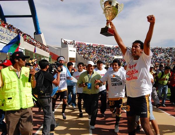 PURA PASIÓN. Nikol Prado fue de los más emocionados cuando Víctor Hugo Rivera dio el pitazo final. Fue la figura de la cancha en esta ocasión. (Foto: Radio Uno de Tacna)