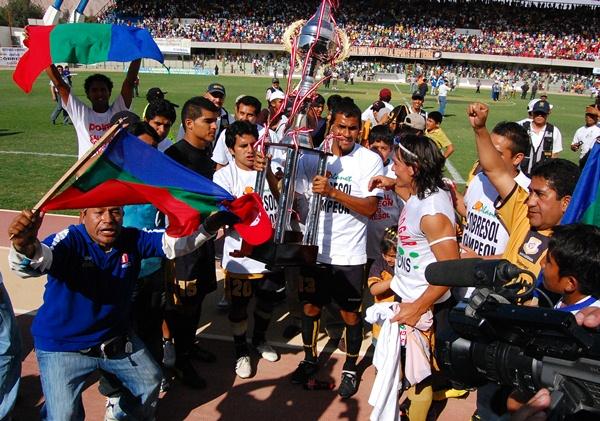 PARA LA FOTO. Los hinchas también se animaron a posar para las cámaras al lado de los jugadores de Cobrasol. Ellos formaron parte del objetivo logrado en tienda moqueguana. (Foto: Radio Uno de Tacna)
