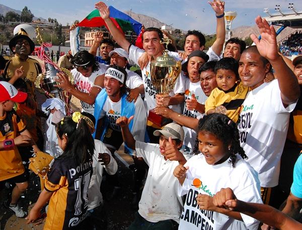 NI TAN FORÁNEO. El argentino Maximiliano Quiroga se sintió como en casa y disfruta del campeonato obtenido junto a los niños hinchas de Cobresol (Foto: Radio Uno de Tacna)