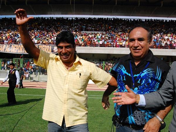 GRACIAS GARCÍA. Freddy García saluda a todos los hinchas que colmaron el estadio 25 de noviembre. Sin duda, el mejor estratega del torneo de ascenso. (Foto: Radio Uno de Tacna)