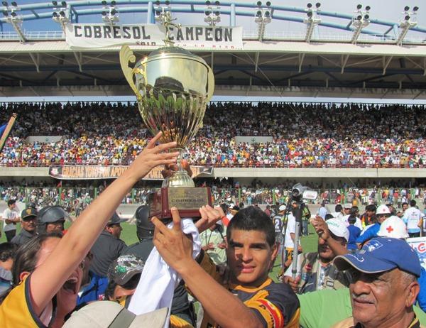 SALUD CAMPEÓN. Un incrédulo Héctor Rojas sostiene la Copa conquistada por el conjunto moqueguano. (Foto: Roice Zeballos Rivadeneyra / Revista Fax Regional)