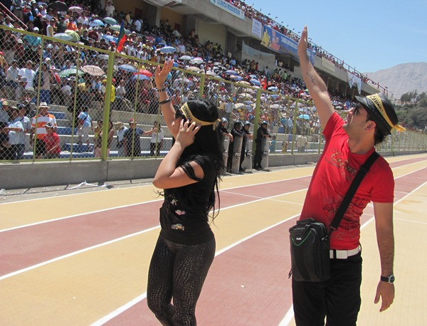 UNA DIOSA DIJO PRESENTE. Leysi Suárez estuvo presente en el estadio 25 de Noviembre y alborotó a las tribunas.(Foto: Roice Zeballos Rivadeneyra / Revista Fax Regional)