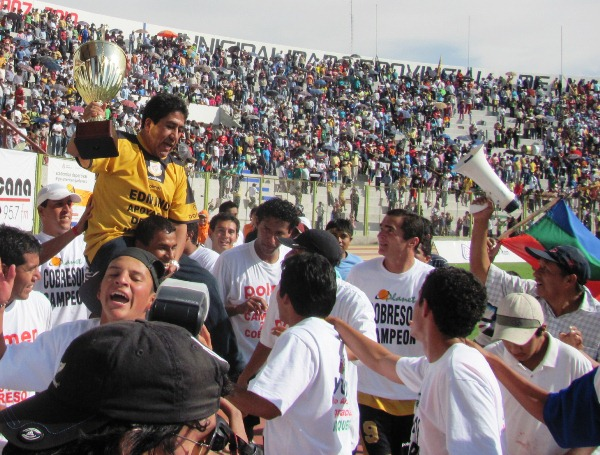 BUENA, PROFE. Freddy García fue levantado en hombros para dar una merecida vuelta olímpica en el 25 de Noviembre. (Foto: Roice Zeballos Rivadeneyra / Revista Fax Regional)