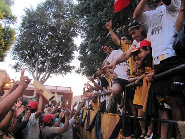 DON RAMÓN. Rodríguez fue uno de los jugadores más ovacionados en los festejos por el campeonato que tuvo Cobresol. El cariño de la gente estuvo a la orden del día. (Foto: Roice Zeballos Rivadeneyra / Revista Fax Regional)
