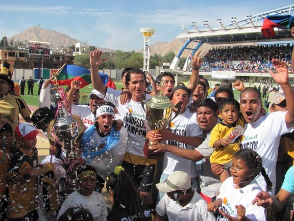 GRITO DE CAMPEÓN. A toda voz hinchas y jugadores celebran la consecución del título y el ascenso a Primera División (Foto: Richard Ángulo / Revista Fax Regional)