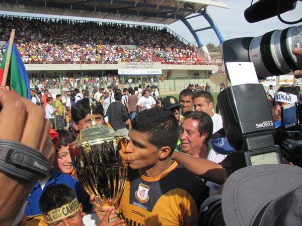 REY DE COPAS. Héctor Rojas logró un nuevo ascenso en su carrera, el delantero y capitán dorado es uno de los pocos jugadores que se mantiene en el plantel desde el año 2008 (Foto: Richard Ángulo / Revista Fax Regional)