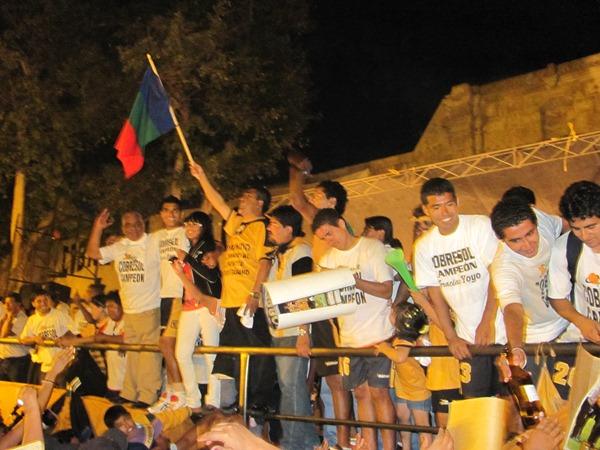 BALCONAZO. La bandera moqueguana por todo lo alto. Alegría total del pueblo moqueguano ante el logro del cuadro dorado (Foto: Richard Ángulo / Revista Fax Regional)