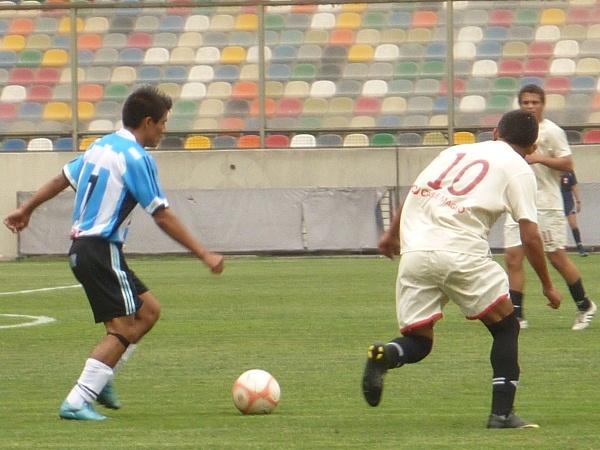 CON MUCHA PRESIÓN. Mestanza intenta darle una salida clara a su equipo. Sin embargo, Chacaliaza se presta a incomodarlo. (Foto: Abelardo Delgado / DeChalaca.com')