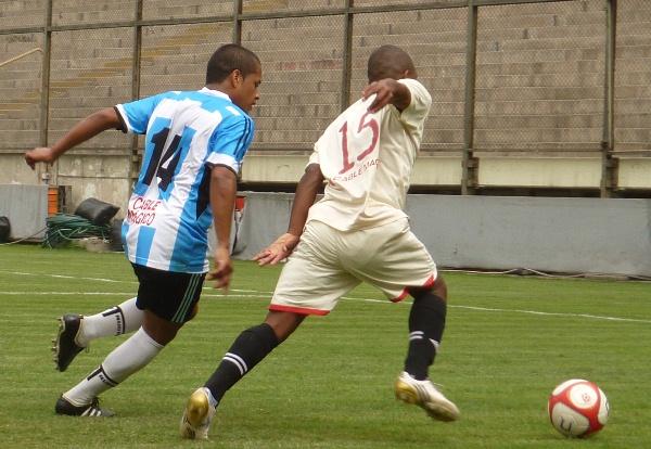 ESCAPE A LA VICTORIA. Gamarra supera en velocidad a Rodríguez y se presta a lanzar un centro. (Foto: Abelardo Delgado / DeChalaca.com')