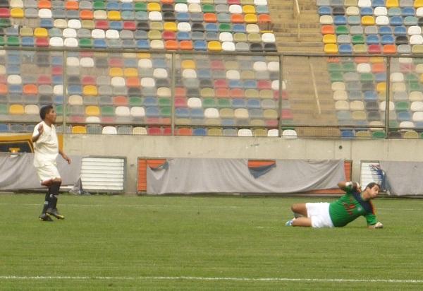 NO PUEDE SER. Chacaliaza tuvo una inmejorable oportunidad para aumentar el marcador en la goleada de su equipo, pero desperdició de manera increíble un mano a mano con Córdova. (Foto: Abelardo Delgado / DeChalaca.com')