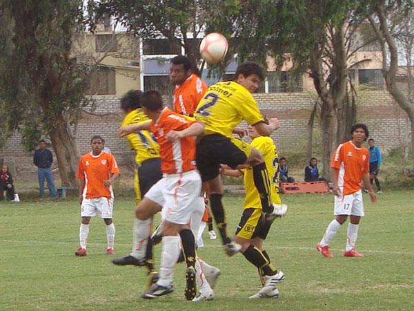 HASTA CON LA ESPALDA. El dominio de Coopsol fue contundente y siempre buscó el gol pese a cualquier obstáculo, como Sandro Gamarra lo sugiere en la imagen (Foto: Paul Arrese / DeChalaca.com)