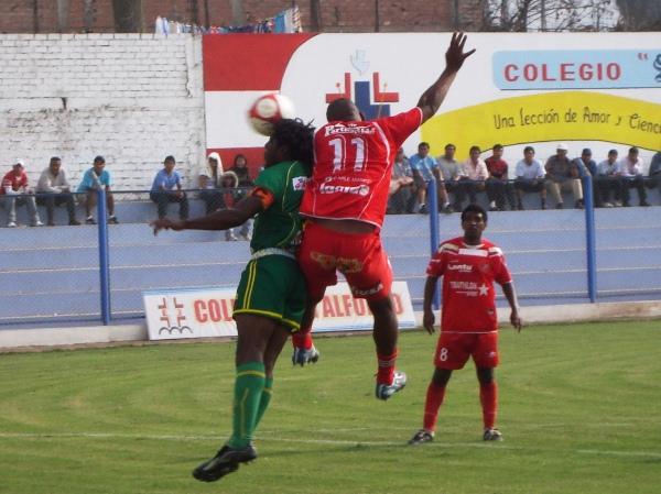 SOBRA EXPERIENCIA. Cartagena y Luna saltan con todo para conectar un balón en el corazón del área del Sport Ancash. (Foto: Paul Arrese / DeChalaca.com)