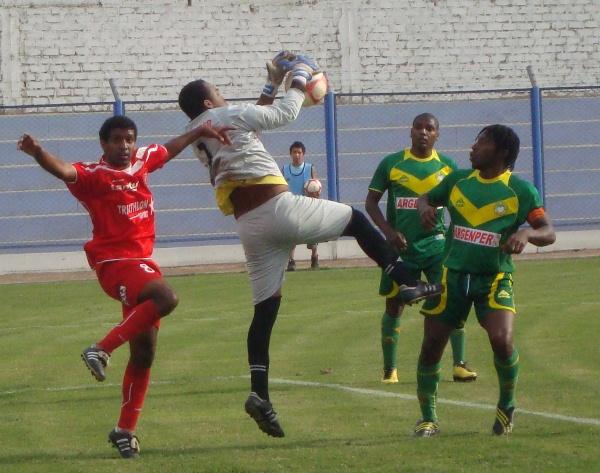 MANOS MORENAS. José Castro logra desembolsar un centro en su área chica  ante la mirada de su compañero de equipo Víctor Cartagena. (Foto: Paul Arrese / DeChalaca.com)