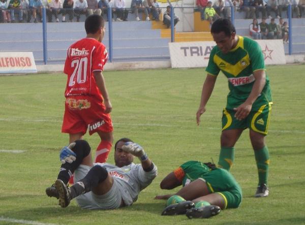 CAÍDOS EN LA BATALLA. Castro y Cartagena caen al césped tras chocar dentro del área chica del conjunto ancashino. (Foto: Paul Arrese / DeChalaca.com)