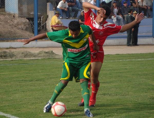 SOPORTA LA PRESIÓN. Einer Vásquez soporta la marca de un hombre de Acosvinchos y logra retener la posesión del balón. (Foto: Paul Arrese / DeChalaca.com)