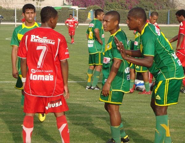 ¡QUÉ TE PASÓ! Un desconocido Carlos Jairsinho Gonzales es regañado por los jugadores de Sport Ancash  luego de una fuerte entrada en perjuicio de Luis Torres. (Foto: Paul Arrese / DeChalaca.com)