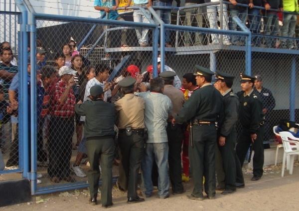 EFECTIVOS A LA ORDEN. La policía tuvo que poner mano dura para contener a un grupo de hinchas que se prestaban a ingresar al campo de juego sin autorización alguna. (Foto: Paul Arrese / DeChalaca.com)