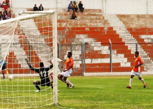 POCA CONFIANZA. Los presentes en Matucana fueron escasos, no existía confianza en el equipo naranja (Foto: Abelardo Delgado / DeChalaca.com)