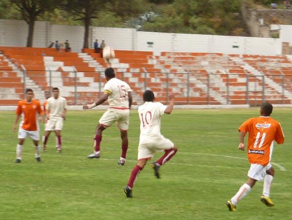 ÉL SI CHAVE. Un capitán debe dar ejemplo y así lo entendió Chávez despejando el balón con firmeza (Foto: Abelardo Delgado / DeChalaca.com)