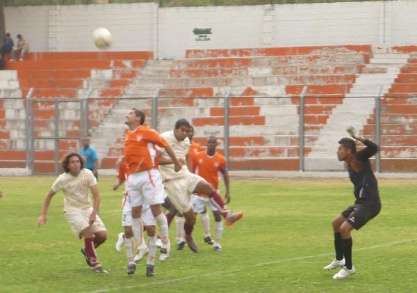 SALIDA EN FALSO. Castellanos salió a buscar el balón pero su zaga se adelantó a su reacción, hubo falta de coordinación (Foto: Abelardo Delgado / DeChalaca.com)