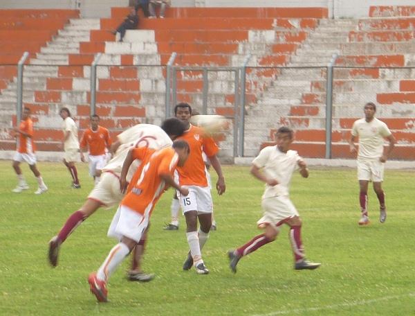 PARA PONERLA EN UN CUADRO. El segundo gol crema llegó por intermedio de Cuadros que pese a la estatura ganó de testa (Foto: Abelardo Delgado / DeChalaca.com)