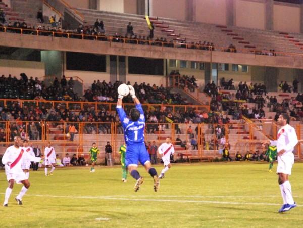 EL HOMBRE ARAÑA II. Nuevamente Mendoza es captado atrapando un balón. El guardameta de Torino fue una de las figuras del encuentro pese a la derrota de su equipo. (Foto: Miguel Guimaray)