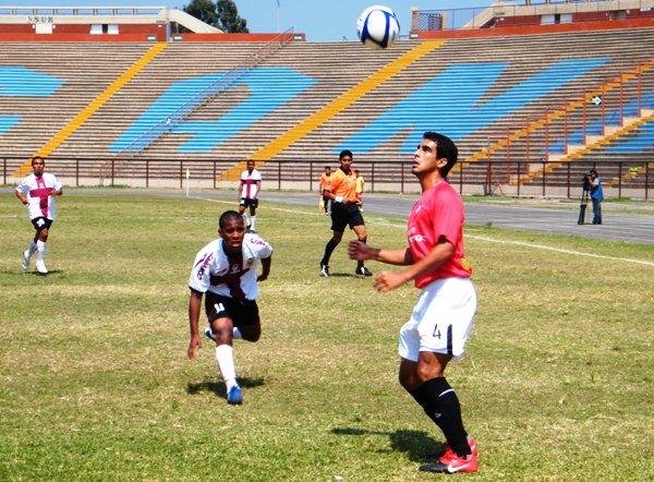 AMENAZA RONDANTE. Chirinos espera a que baje un balón. No obstante, mientras el defensor aguarda, un impaciente Sauñe merodea de cerca. (Foto: Wagner Quiroz /DeChalaca.com)