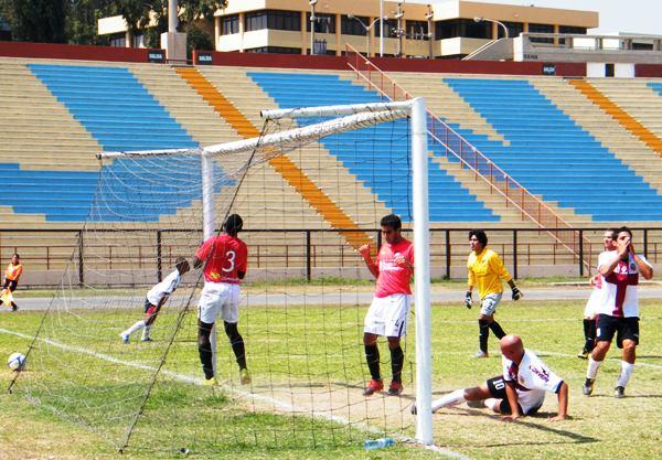 CASI…CASI. Funes fue providencial para evitar un tanto sobre la media hora de juego. (Foto: Wagner Quiroz /DeChalaca.com)