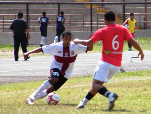 PRIMEROS CHISPAZOS. Colán mostró momento de buen juego. Sin embargo, su velocidad muchas veces no alcanzó para eludir a los defensores rivales. (Foto: Wagner Quiroz /DeChalaca.com)