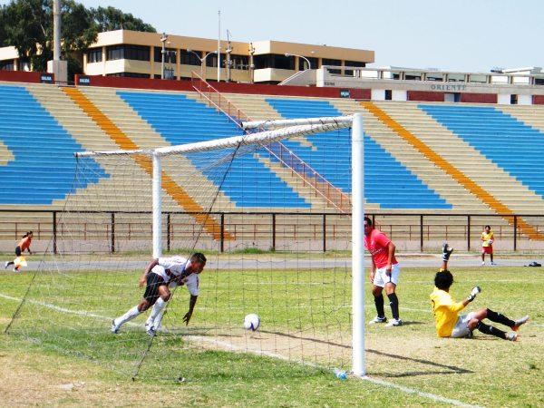 LLEGA Y COBRA. El tiro de Miguel Garay ya se metió en el arco visitante. Era el 1-0, que sufre el golero Guzmán. (Foto: Wagner Quiroz /DeChalaca.com)