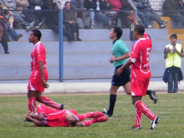 NO ERA NECESARIO. Paolo Maldonado comete una fuerte falta sobre Javier Lovera. Todo parecía indicar un tarjeta roja. (Foto: Wagner Quiroz / DeChalaca.com)