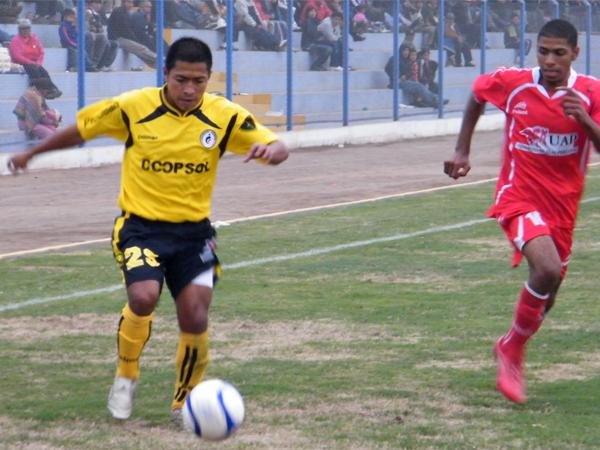 NO PARABAN. Raúl Navarrete se iba por la banda izquierda buscando la sorpresa para otra jugada de gol. Edwin Gómez va a la marca. (Foto: Wagner Quiroz / DeChalaca.com)
