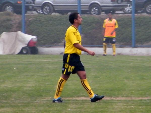 A LAS DUCHAS NOMÁS. Paolo Maldonado retirándose del terreno de juego. El ex volante de Universitario fue el más bajo del encuentro. (Foto: Wagner Quiroz / DeChalaca.com)