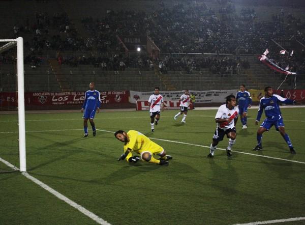 YA LE GUSTÓ. El paraguayo Cosme Garcete continuó con su racha goleadora ante Alianza Unicachi. El delantero puso el primero de su equipo. (Foto: diario de Chimbote)