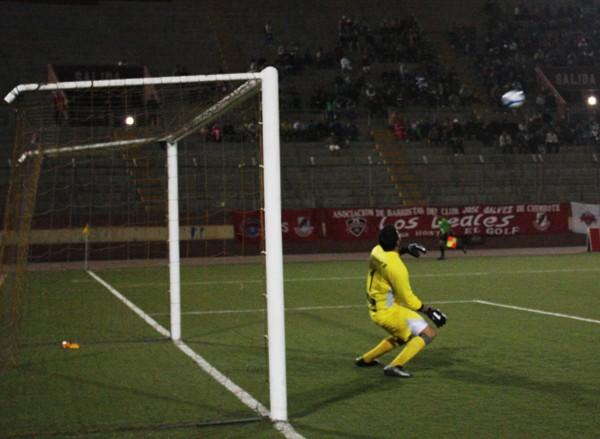 SIN REACCIÓN. Venegas no pudo evitar que un gran disparo de Torres se colara en su pórtico. (Foto: diario de Chimbote)