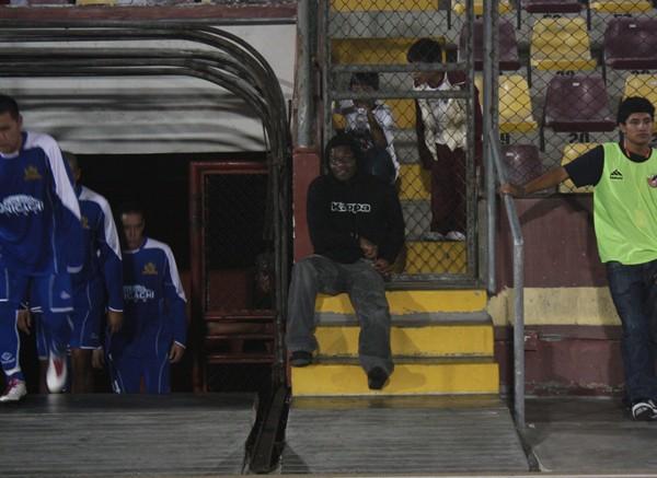 ¡QUÉ MIEDO! No se confunda, el encapuchado presente en la pista atlética es el carismático Magallanes, quien a pesar de no actuar, se dio tiempo para alentar a sus compañeros. (Foto: diario de Chimbote)