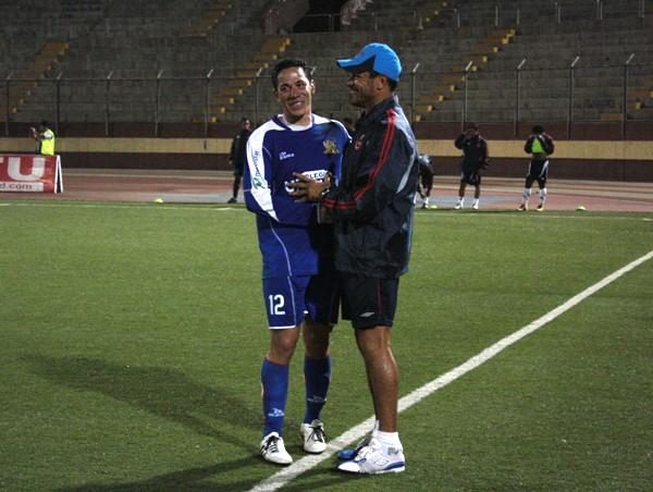 VIVA LA AMISTAD. Gonzales y Roverano intercambiaron un abrazo antes del cotejo. (Foto: diario de Chimbote)